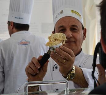 gelatiere con coppetta al Gelato World Tour
