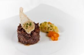 Rabo de toro estofado y deshuesado, con crema de patata trufada y sus verduritas